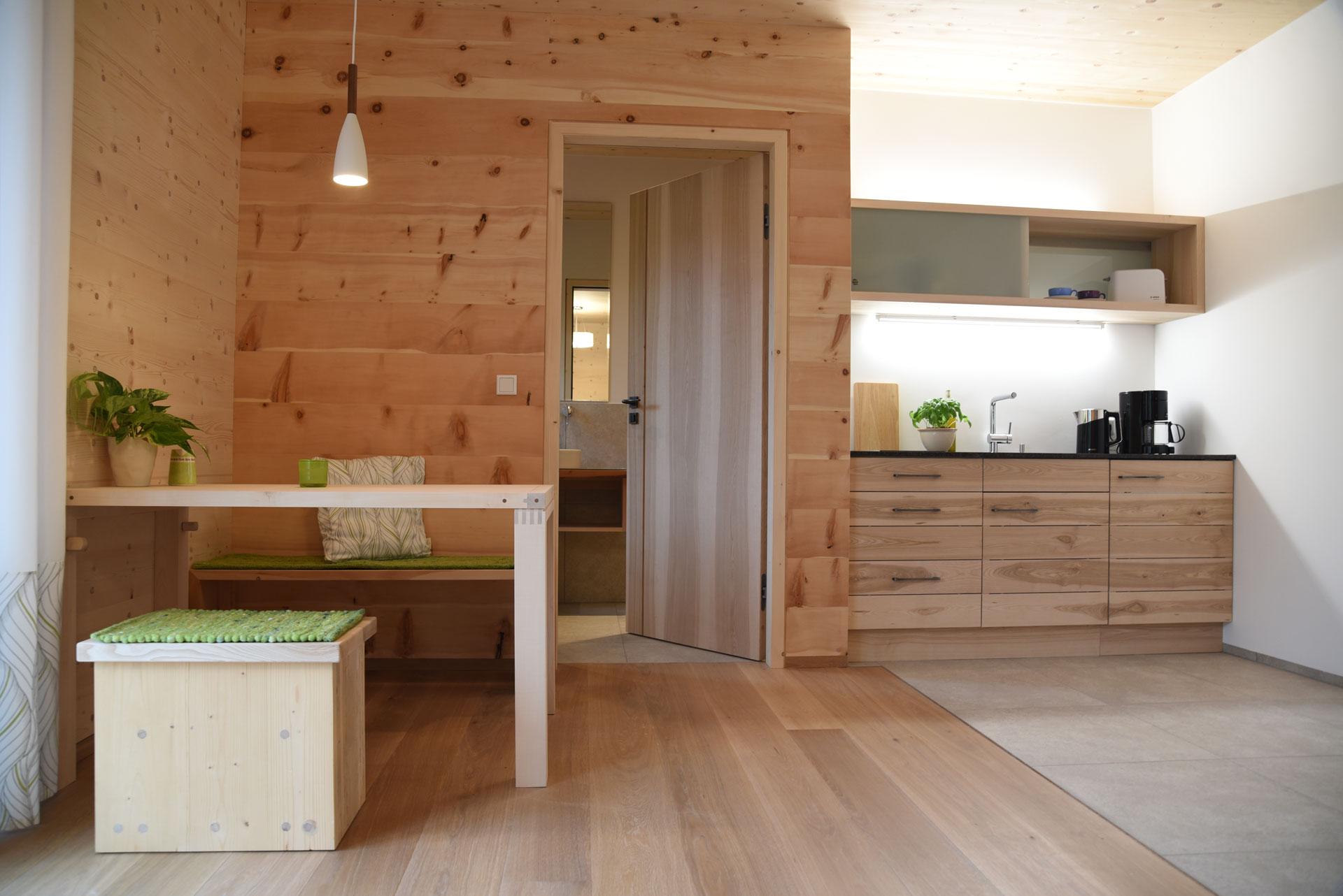 Esstisch und Küche in der Holz100-Haus-Probewohnung in Bad Feilnbach