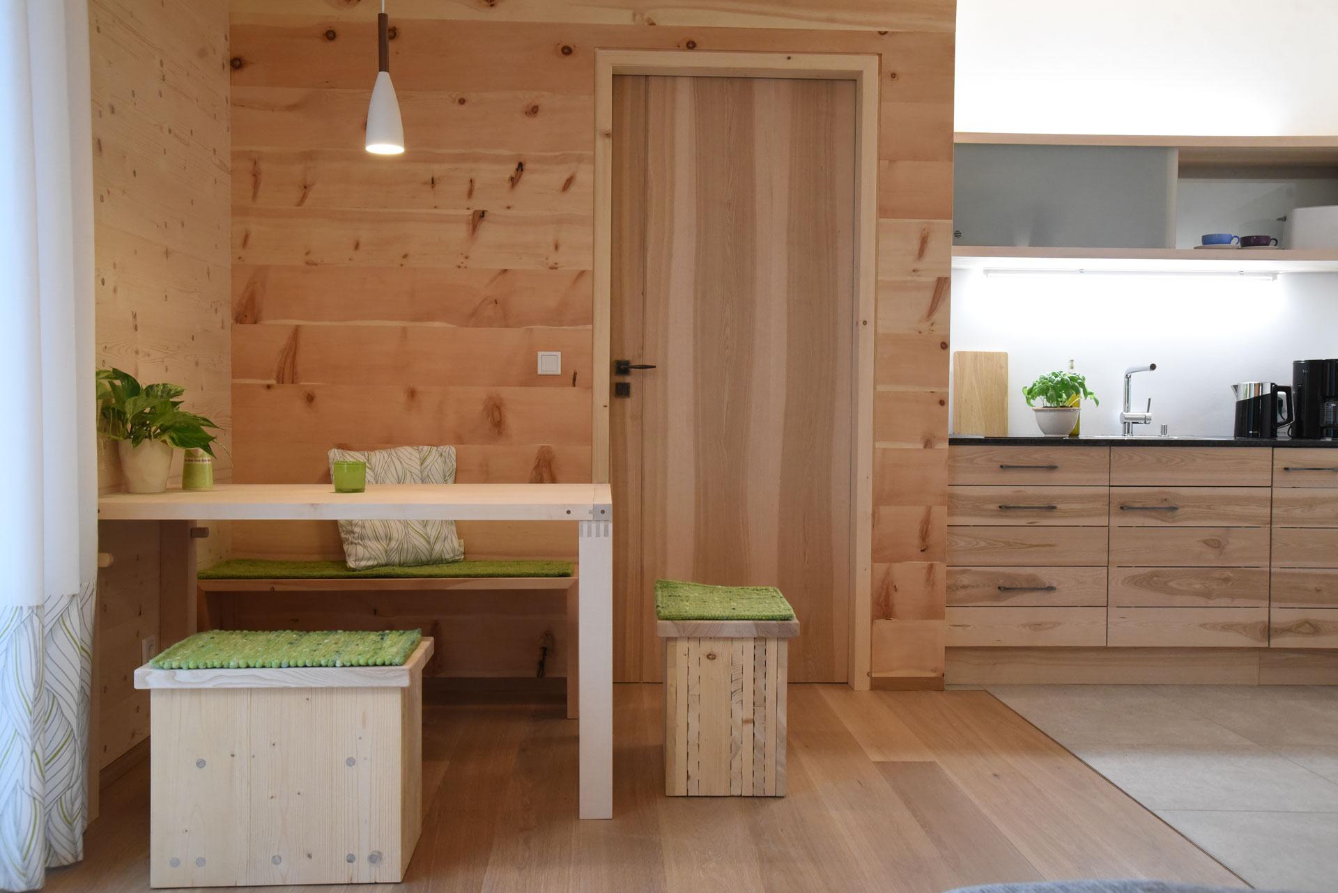Esstisch und Küchenzeile in der Probewohnung