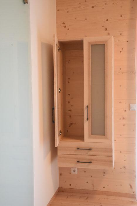 Badezimmerschrank mit leimfreien Verbindungen